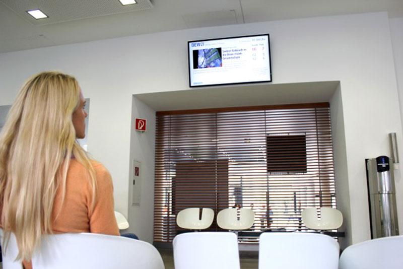 Agentur-M-hoch-3-Digital-Signage-Zuschauer